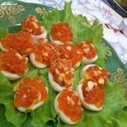 Перепелиные яйца, фаршированные лососевой икрой